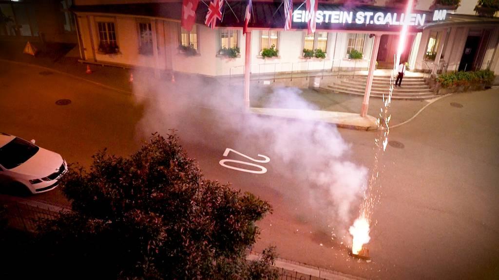 Störaktion? Unbekannte zünden Feuerwerk vor «Athener» Hotel