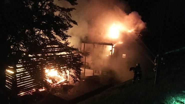 Ein Haus und ein Stall in Davos brannten in der Nacht auf Dienstag lichterloh - die älteren Bewohner flüchteten durch das Küchenfenster.