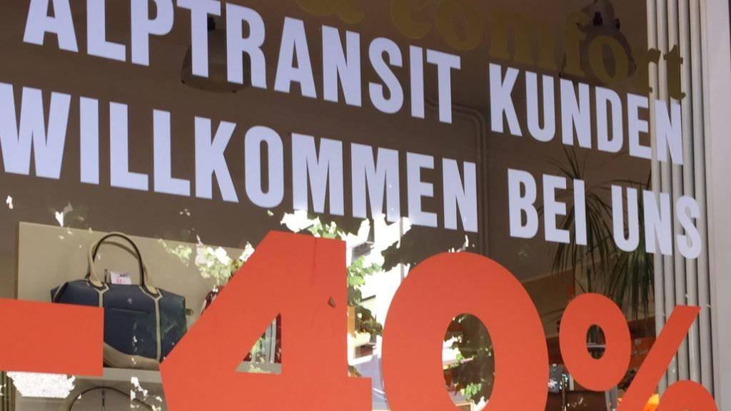 Ein Geschäft in Bellinzonas Innenstadt wirbt in seinem Schaufenster Anfang Juli um Alptransit Kunden.