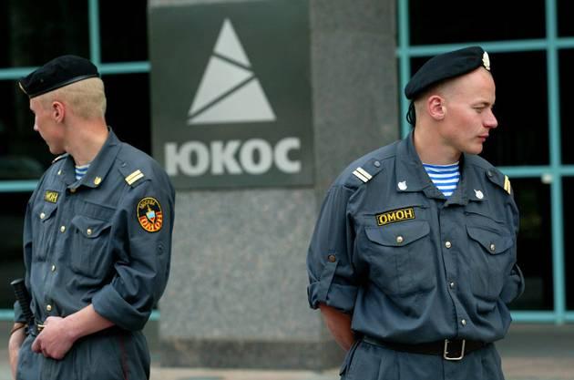 Russische Spezialeinheiten vor dem Yukos-Hauptquartier am 3. Juli 2004.