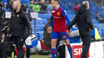 Jasper van der Werff wird beim Verlassen des Platzes von Trainer Marcel Koller abgeklatscht.