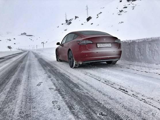 Das Tesla Model3 auf dem Julierpass.