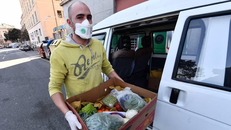 Botendienst in schwierigen Zeiten: Ein freiwilliger Helfer liefert Essen aus. Symbolbild.