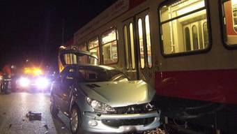 Die Lenkerin übersah die Waldenburgerbahn und krachte in den Zug.