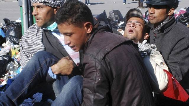 Ein verletzter Demonstrant in Tunis wird weggetragen