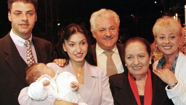 Tina Knie (mit rotem Schal) 1999 mit Louis jun. und Gipsy Knie-De Rocchi mit David auf dem Arm, Louis Knie, Germanie Knie (v.l.n.r., Archiv)