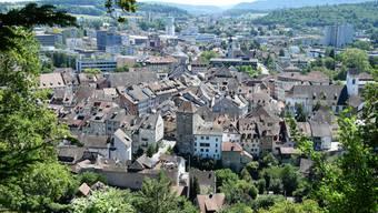 Die Stadt Brugg mit der Altstadt und dem Schwarzen Turm vom Hexenplatz aus fotografiert.
