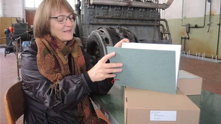 Silvia Hintermann im Diesellokal im Kunzareal: Sie bereitet sich für die Vernissage ihres neuen Buchs «Fadenbruch» mit Texten von Klaus Merz vor. Elisabeth Feller