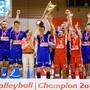 Die Volleyballer von Näfels freuen sich über den Meisterpokal