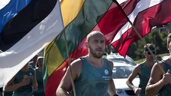 Teilnehmer am Gedankmarsch 30 Jahre Baltischer Weg in der litauischen Hauptstadt Vilnius.