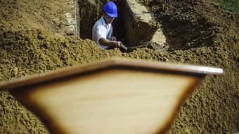 Tod auf dem Friedhof: Drei Männer werden beim Ausheben eines Grabes in Vietnam vom Blitz erschlagen. (Symbolbild)