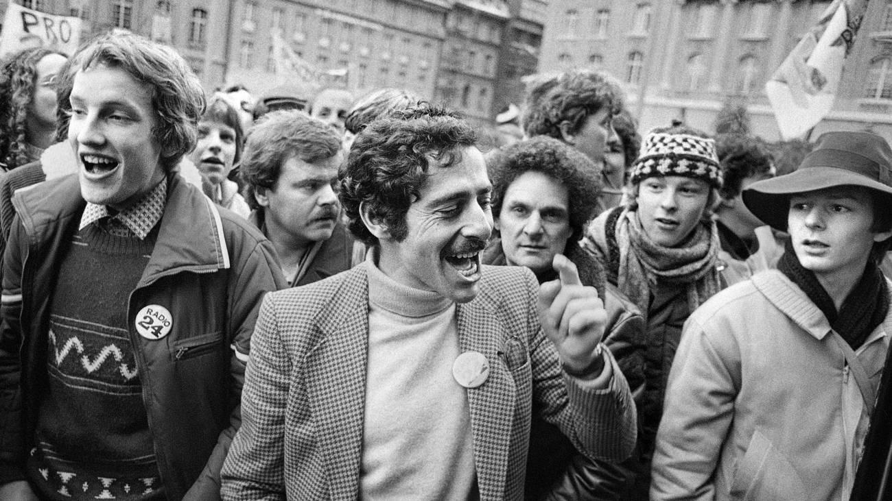 Roger Schawinski in der Menge, 1979 (© Keystone)