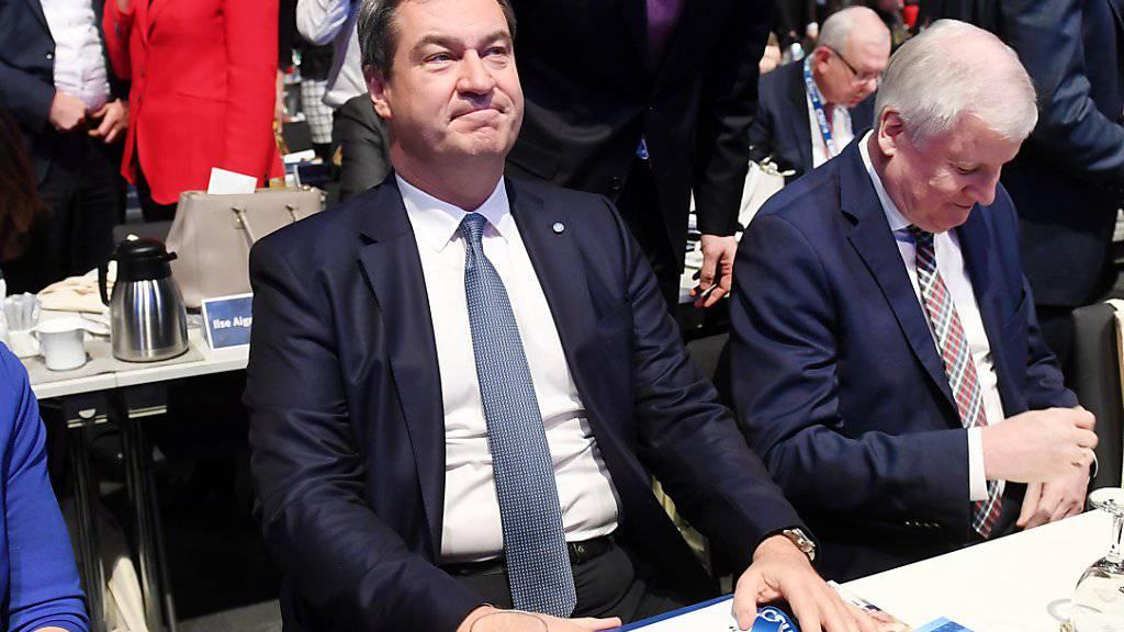 Der bayrische Ministerpräsident Markus Söder (links) ist nun auch Vorsitzender der CSU. Er löst den bisherigen Parteichef Horst Seehofer (rechts) ab.