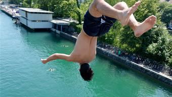 Ein Sprung ins kühle Nass: 131000 Leute besuchten am Wochenende eine Badeanstalt in Zürich – ein neuer Rekord. Keystone