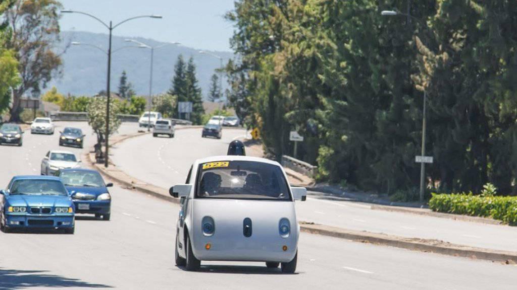 Als einer der Vorreiter bei den selbstfahrenden Autos gilt Google. Das Parlament verlangt nun vom Bundesrat, die gesetzlichen Hürden in diesem Bereich zu senken. (Symbolbild)