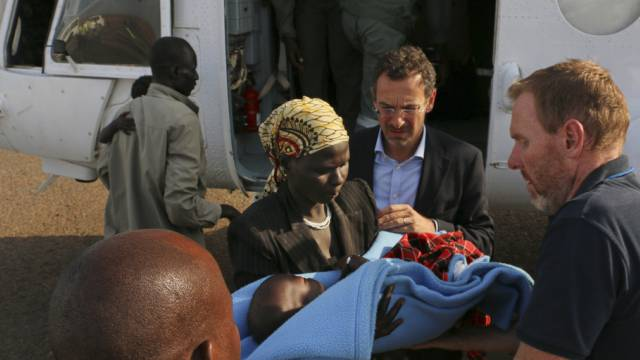 Toby Lanzer (M) spricht von tausenden Toten im Südsudan (Archiv)
