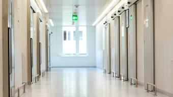 Angestellte im Spital Limmattal fordern, dass die Umkleidezeit als Arbeitszeit angerechnet und entsprechend entlöhnt wird. Das Spital stemmt sich dagegen. (Archiv)
