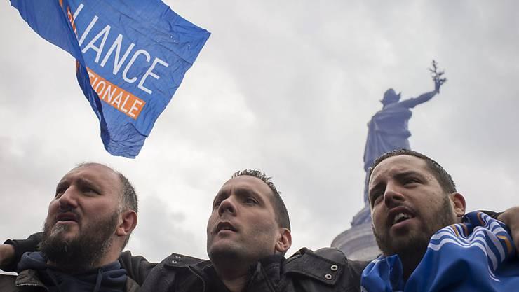 Polizisten protestieren auf der Place de la République gegen Gewalt und Hass.