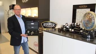 Ralph Furter, Product & Project Manager bei Roamer of Switzerland AG, zeigt die Jubiläumsreplika einer Taucheruhr.