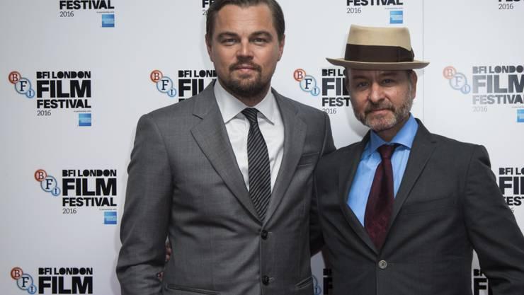 """Gemeinsam für den Umweltschutz: Schauspieler Leonardo DiCaprio und Regisseur Fisher Stevens präsentieren ihren Dokumentarfilm """"Before the Flood"""" in London."""