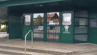 Kurz vor Mittag wurde heute diese Filiale der Regiobank in Zuchwil überfallen.