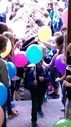 6. KlässlerInnen überreichen den 1. KlässlerInnen Ballons.