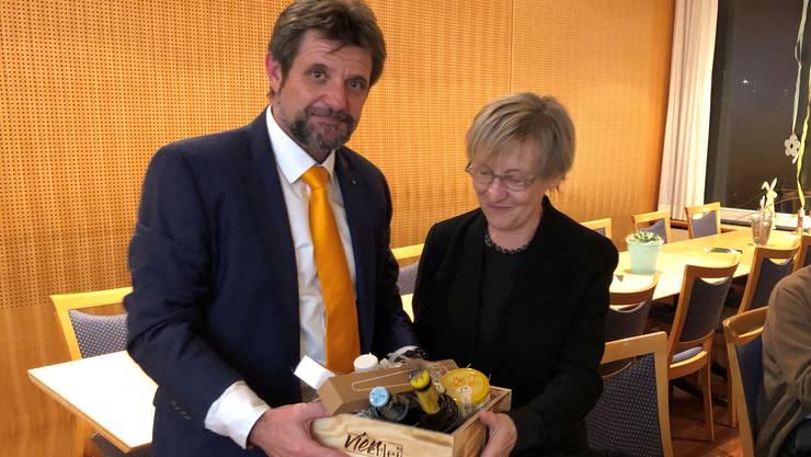Regula Bachmann wird von Alfons Paul Kaufmann verabschiedet