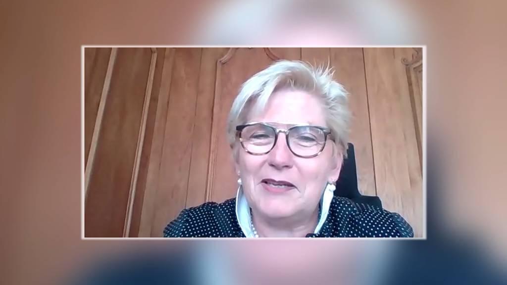 Berner Finanzdirektorin Beatrice Simon auf dem Sofa Jaune