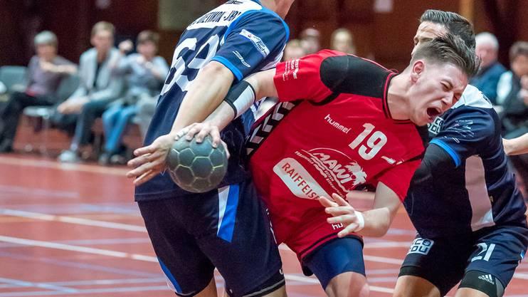 Sebastian Röthlisberger (links) versucht, Edin Hasanovic am Schuss zu hindern.