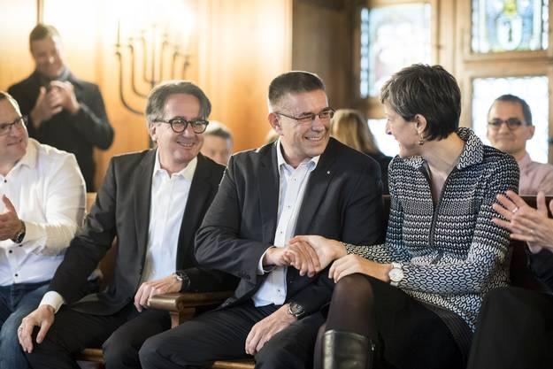 Als Erste gratulieren Erich Obrist und Sandra Kohler dem neuen Stadtammann Markus Schneider.