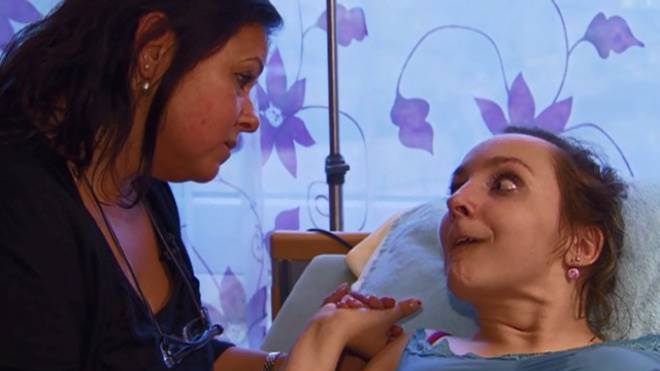 Mutter Claudia Pfleger mit Tochter Céline («Rundschau» 2013).  Screenshot SRF