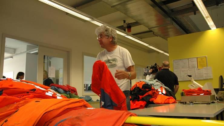 Arbeit gibts genug: Beat Aebi stapelt Berge von Bähnler-Wäsche.  mts