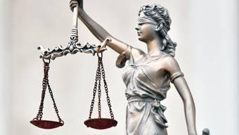 «Über die Bücher muss die Staatsanwaltschaft, die durch einen Verfahrensfehler die Verhängung einer angemessenen Strafe vermasselte», schreibt Beat Nützi.