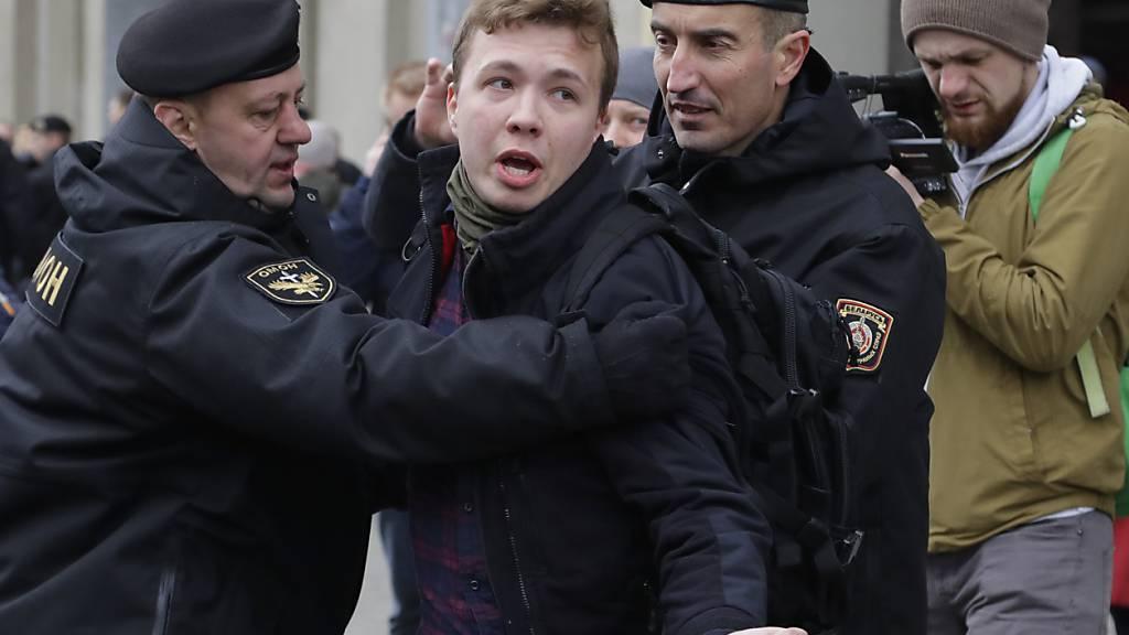 dpatopbilder - ARCHIV - Die weißrussische Polizei verhaftet den Journalisten Roman Protassewitsch (Archivbild aus dem Jahr 2017). Foto: Sergei Grits/AP/dpa