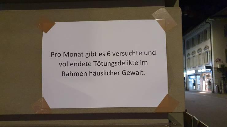 Die SP Frauen machten in Baden mit aufgeklebten Plakaten und Kreidebotschaften auf die Thematik der Gewalt an Frauen* aufmerksam.