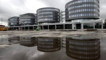Im Zuger Hauptquartier von Transocean dürften die Rechtsanwälte momentan die gefragtesten Mitarbeiter sein. (KEYSTONE/Sigi Tischler)