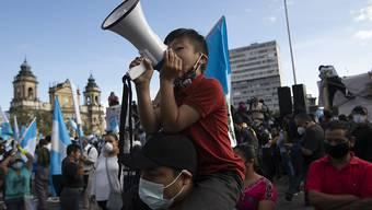 Demonstranten in Guatemala-Stadt fordern den Rücktritt von Präsident Alejandro Giammattei. Foto: Moises Castillo/AP/dpa