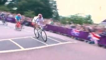 Bei Kilometer 250 –15 Kilometer vor Schluss – passiert es. Fabian Cancellara stürzt in einer Rechtskurve