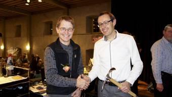 Stefan Schader (rechts) gratuliert seinem Nachfolger, dem neu gewählten Präsidenten des SAC Weissenstein, Ueli Kölliker.
