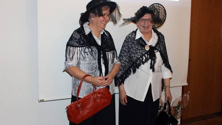 Elsbeth Stäuble (links) und Rita Rheinegger lasen in zeitgemässer Aufmachung aus alten Protokollen des Frauenbundes.