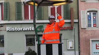Securitas-Mann Markus Bucher regelt den Verkehr auf dem Aargauerplatz.