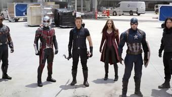 "Anthony Mackie, Paul Rudd, Jeremy Renner, Elizabeth Olsen, Chris Evans and Sebastian Stan (von links) in einer Szene des Films ""Captain America: Civil War"". (Archivbild)"