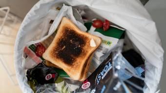 Geringe Wertschätzung von Lebensmitteln: Pro Jahr landet in Schweizer Privathaushalten eine Million Tonne Lebensmittel im Abfall. Bild: Gaetan Bally/Keystone