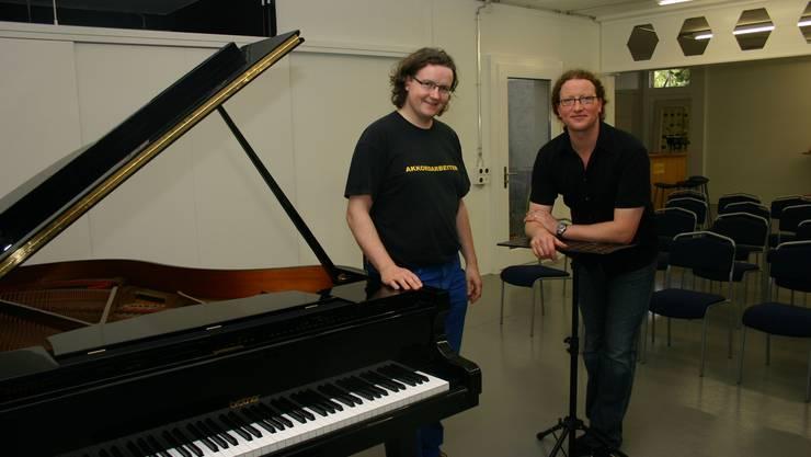 «Wir sind in einer glücklichen Situation» :Rolf Urech (links) und sein Bruder Marc Urech freuen sich über ihre neue Musikwerkstatt an der Stapferstrasse 31 in Brugg. (Bild: Louis Probst)