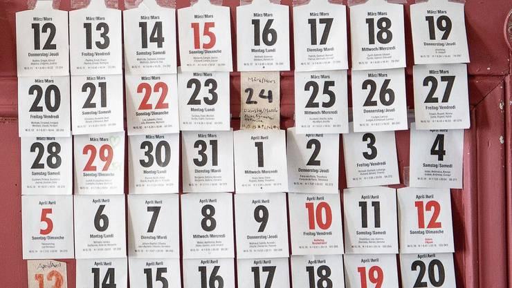 Eine Bewohnerin des Schulinternats Campus Muristalden hängt seit dem Tag der Schulschliessung jeden Tag die Zettel ihres Abreisskalenders an die Eingangstüre.