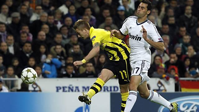 Dortmunds Marco Reus (l.) hämmert den Ball zum 1:0 ins Netz.