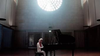 Klavier-Meditation als universaler Gottesdienst: Der Pianist Marco Wolf (51) im Kirchensaal Maihof.