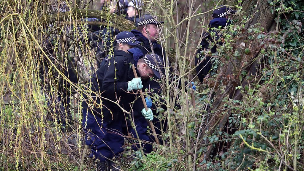 Polizisten durchkämmen auf der Suche nach Beweisen ein Grundstück in Sandwich, Kent. Foto: Gareth Fuller/PA Wire/dpa