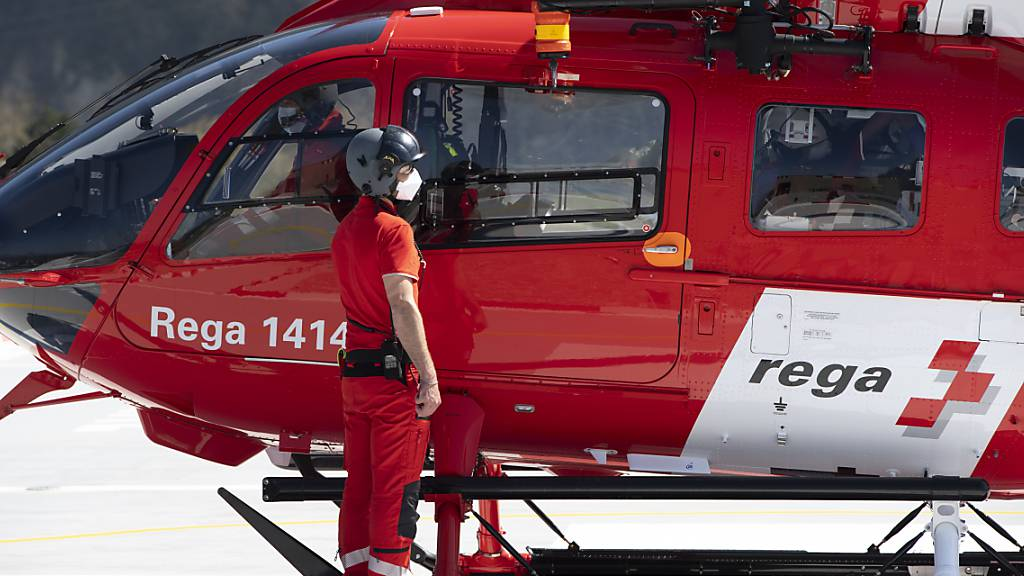 Die Rega hat Pläne für eine neue Helikopter-Basis in Davos. Die Bündner Umweltorganisationen laufen dagegen Sturm (Archivbild).