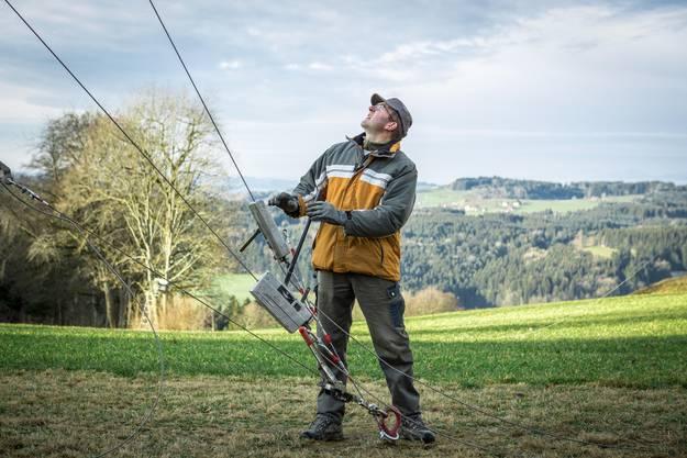 Roland Wismer will rausfinden, wie die Wind-Verhältnisse auf dem Stierenberg sind.